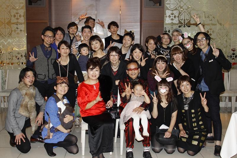 忘年会でのワンシーン。「本当にみんな仲良しなんです」と岩木さん。自身も「みんなの母」と慕われていて、休日は多くのスタッフが自宅に遊びにくるそう