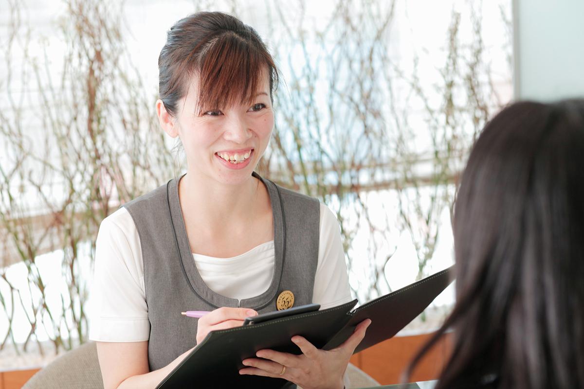 「ソシエ そごう大宮店」でフロントを務める熊木さんは2児のママで、現在育短勤務中