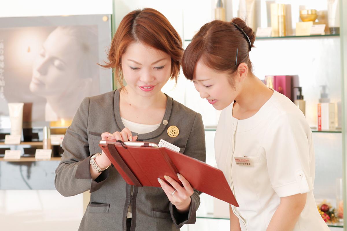 エステティシャンの中村さん(右)は、現在9:00-17:30(営業時間は20:00まで)の勤務で、フルタイムの正社員と同じ待遇で勤務している