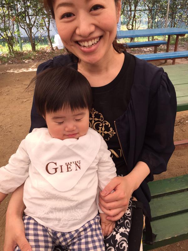 現在、GIEN梅田店で働くスタイリスト兼マネージャーの湯川さんと愛娘 ひまりちゃん。湯川さんは、週休3日&17:00までの時短勤務で仕事と子育てを両立中