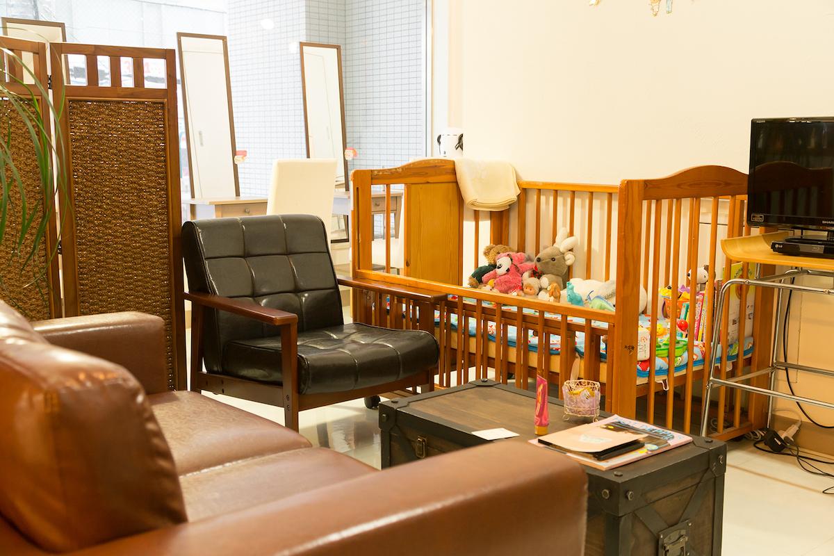 お客さまやスタッフの目の届くところに置ける移動式のベビーベッドは、子供連れのお客さまに大好評。子供用のDVDも豊富にあり、子供が待っている間に飽きない工夫がたくさん!