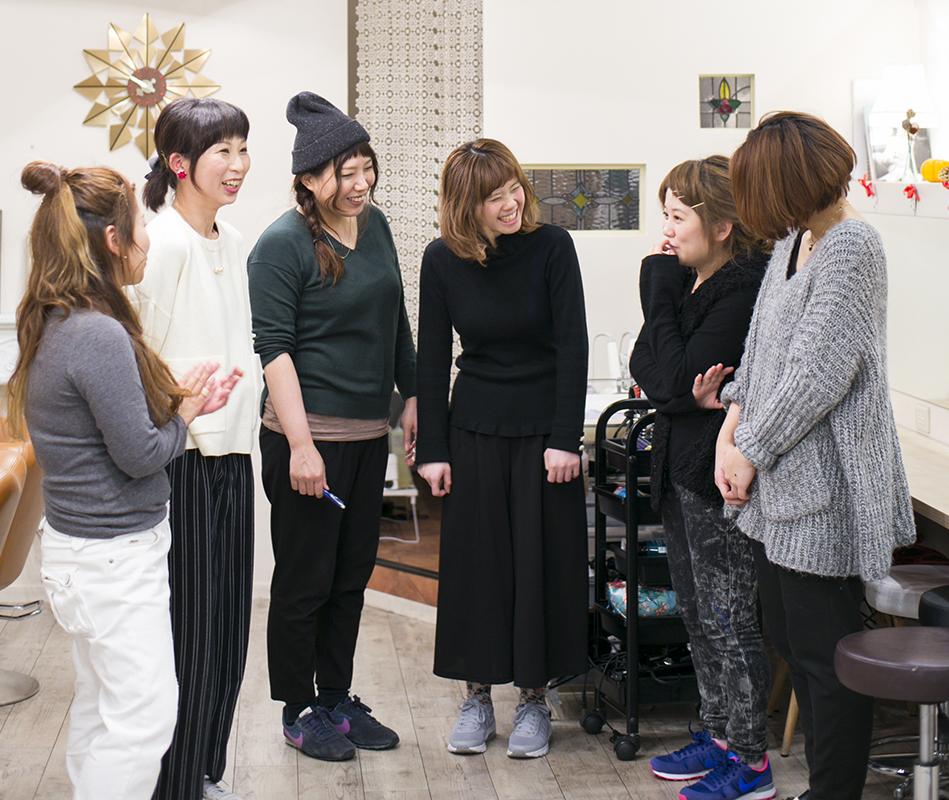 スタッフは全員女性。2児のママスタイリスト・竹口さん(左から2番目)も活躍中