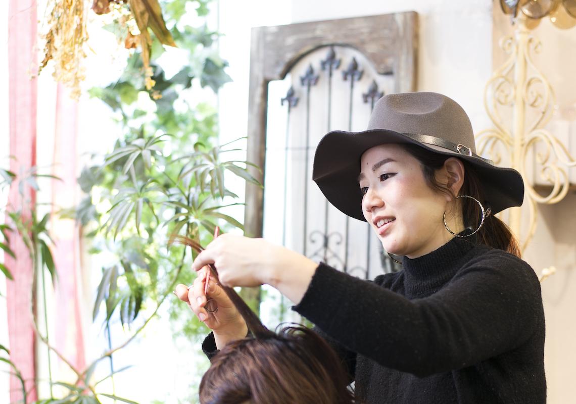 約3年間の産休・育休を経て復帰した寺岡恵子さん。2児を持つママスタイリストとして「CUORE」で活躍中
