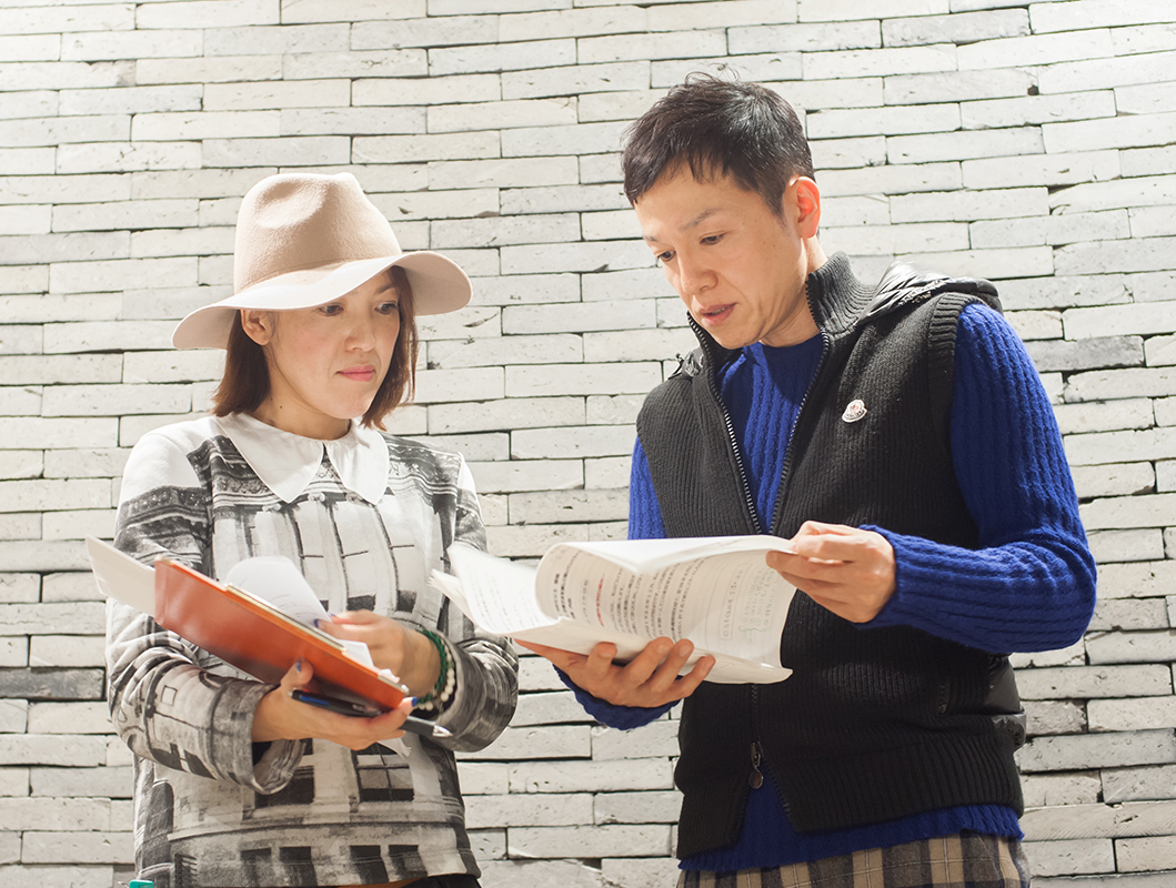 ママスタイリストの本村さん(左)は、「後輩たちに子どもができてもますます美容師を楽しく続けるロールモデルになりたい」と思っている