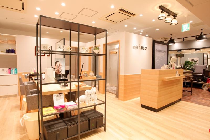 リニューアルオープンした新宿の京王モールアネックス店には、男性をターゲットにした「グルーミングスペース」を併設。こちらでは、メンズグルーミングの技術を習得したママスタッフが活躍中