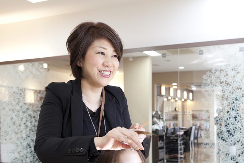 チーフ職の経験もある、スタイリスト歴21年のママ美容師 山内さん。ベテラン女性スタッフたちの優れた技術・丁寧な接客は、高品質を求める大人のお客さまの満足度を高めている