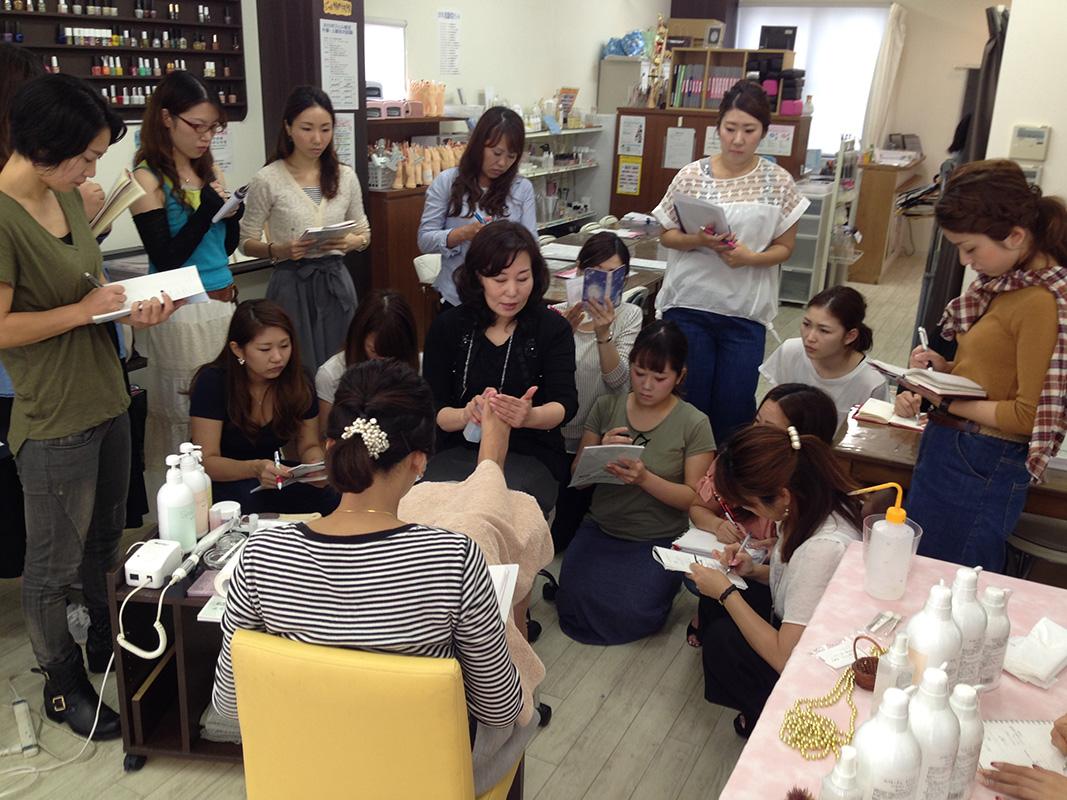 スタッフ全員が集まる勉強会。お互いの技術を高めるため真剣な表情