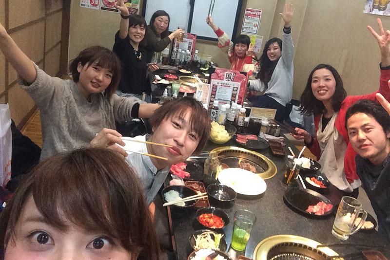 食事会なども、全員が出席できるようスケジュールを調整。短時間勤務の女性スタッフも一員と考え、参加できる状況を作ることが、ママの働きやすさにつながっている