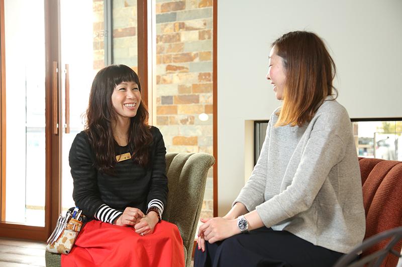 「キャリアメンター」の塚田さん(左)。女性スタッフの声を吸い上げ、解決策を提案。最適な上司を紹介するなど、適所への橋渡しも行っている