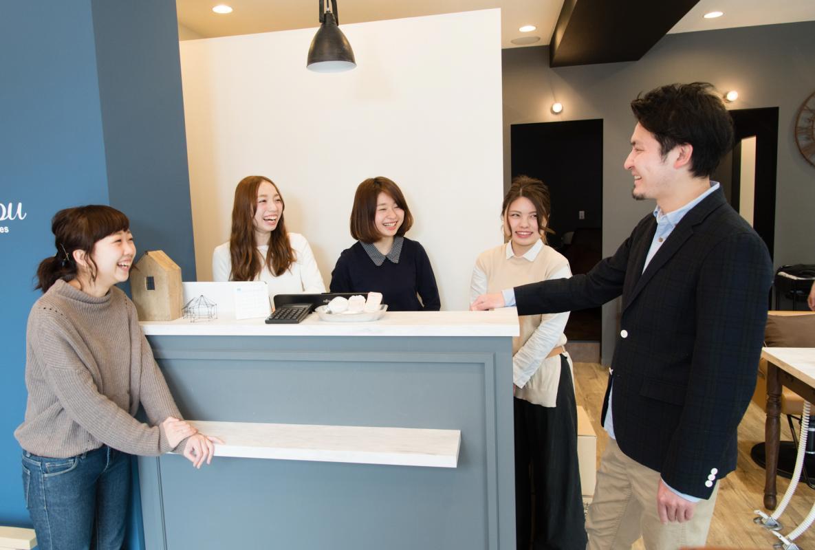 舟津さんが17店舗をくまなくまわり、食事に行くなどして、一人ひとりとコミュニケーションを取るように心がけている