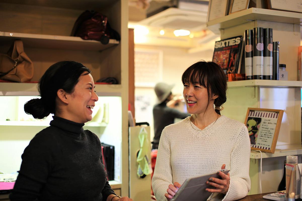 レセプションの佐藤さん(左)は3児のママで「smile on nylon hair」に入社した
