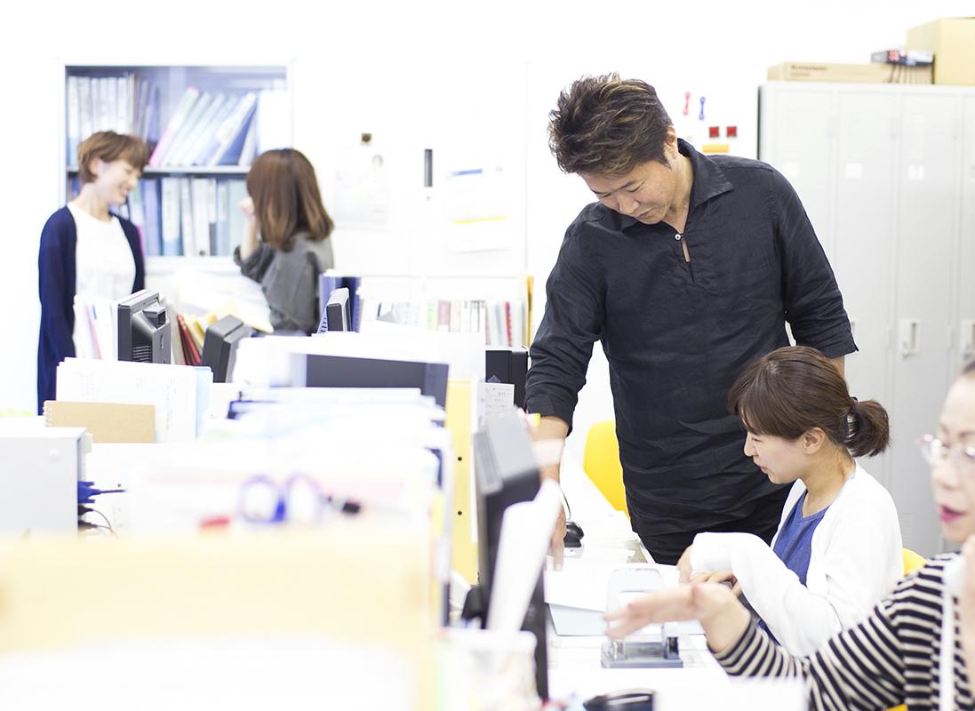 本部にも女性スタッフが大勢いる。眞城さんは気軽に声をかけ、さりげなくスタッフの状況を観察している