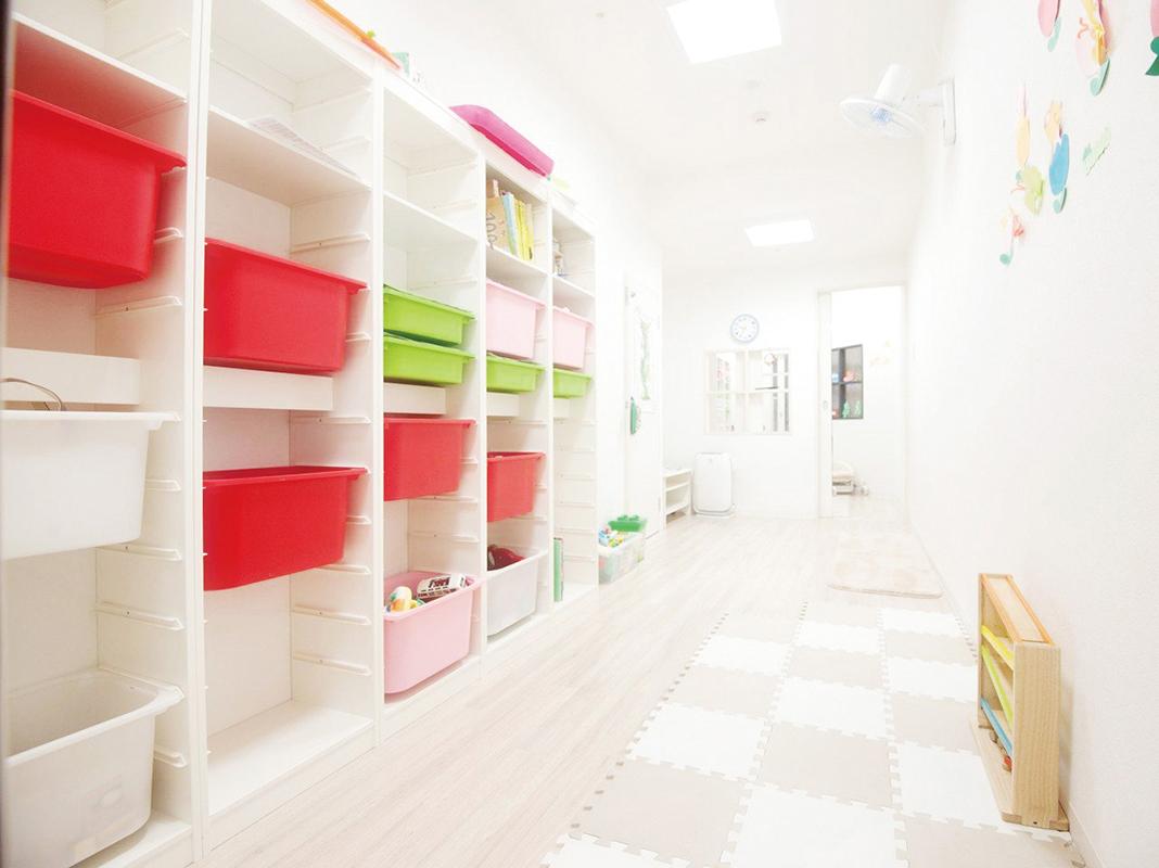 西宮店に併設されている託児施設。ママスタッフが保育所を探す心配もなく仕事を続けられる。