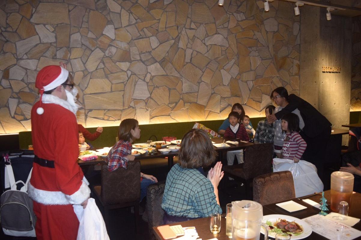 クリスマス会ではスタッフがサンタに扮して、社員の子どもたちにプレゼントを配る