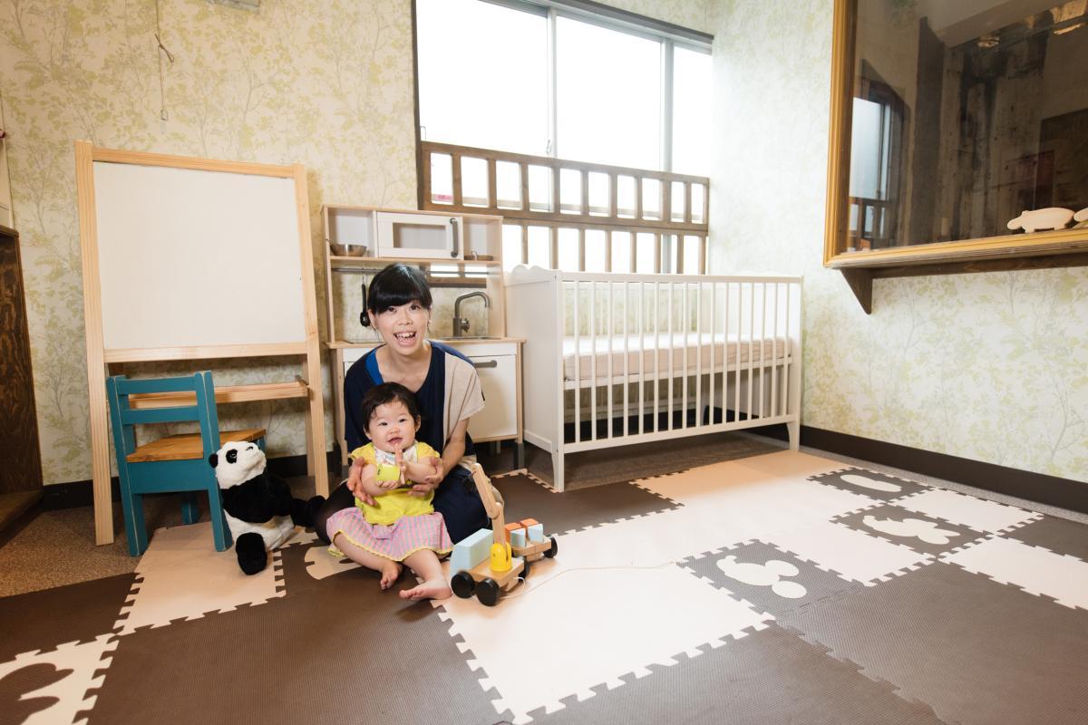 サロンと同じフロアに設置した託児所は、8畳ほどのスペース。写真はママスタッフの三井さんと娘の陽向ちゃん