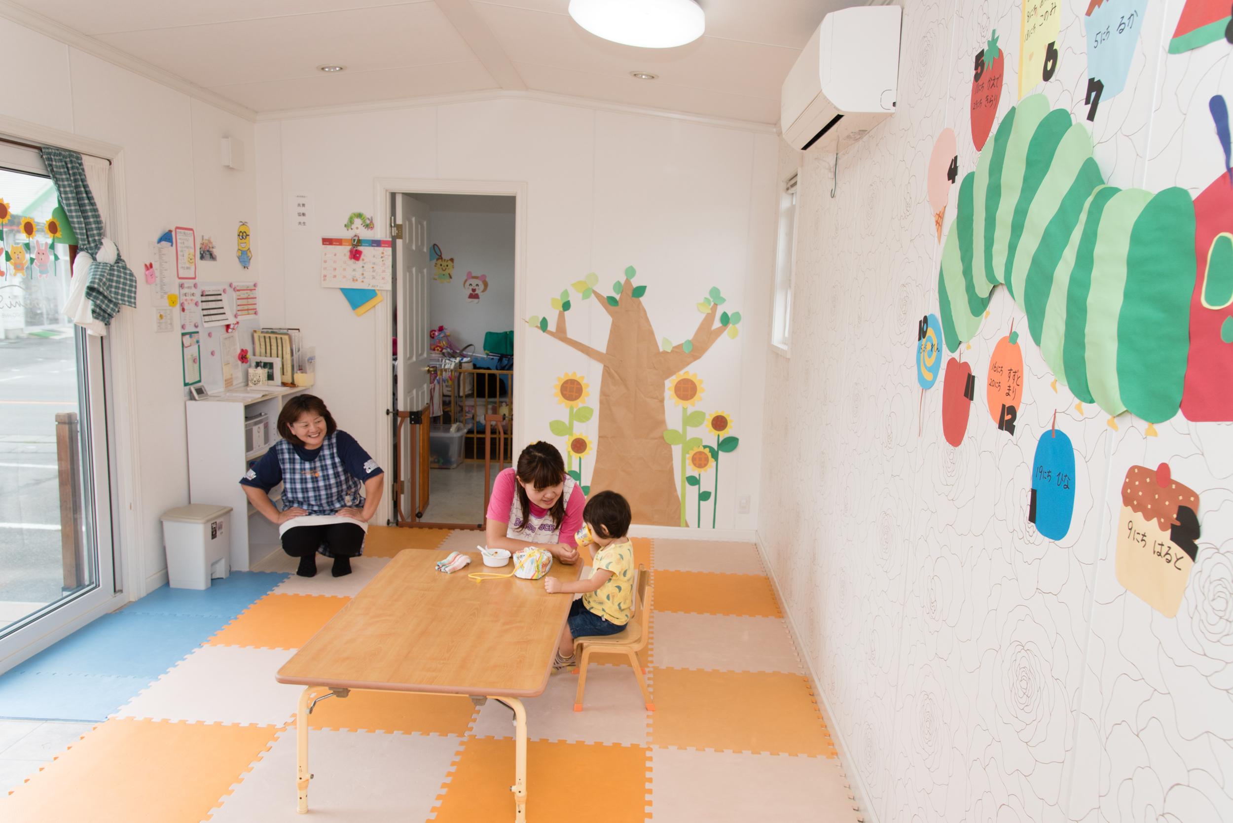 おもちゃがずらりと揃った託児所では、工作やお絵かきなどさまざまな遊びで子どもを楽しませてくれる。夏はプール、冬は雪遊び、春はお花見ピクニックなど、季節の催しもいろいろ
