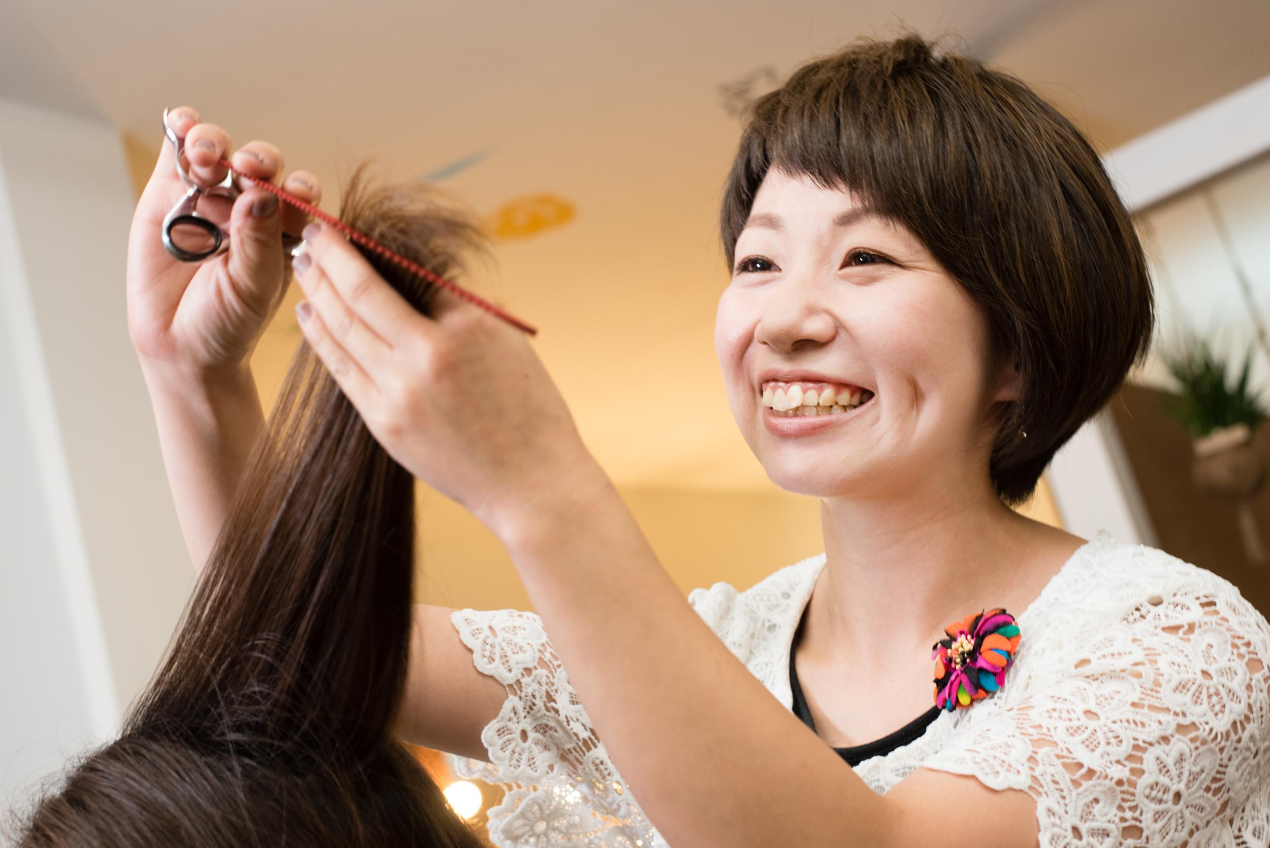 「自分のお客さまにこだわらず、他のスタッフのサポートにも回ることで、新たなやりがいが見つけられた」と、ママ美容師の上田稚子さん