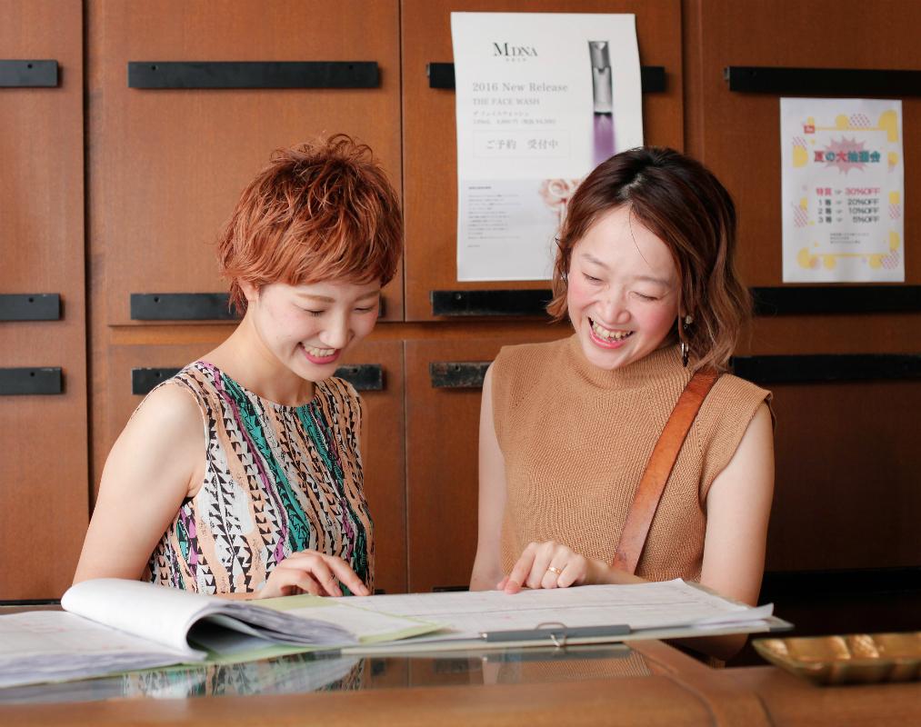 4月に2度目の育休から復帰し、時短勤務で働くwakkoさん(右)。いつもフォローしてくれる若手スタッフに、自分からもいろいろなことを伝えたいという。