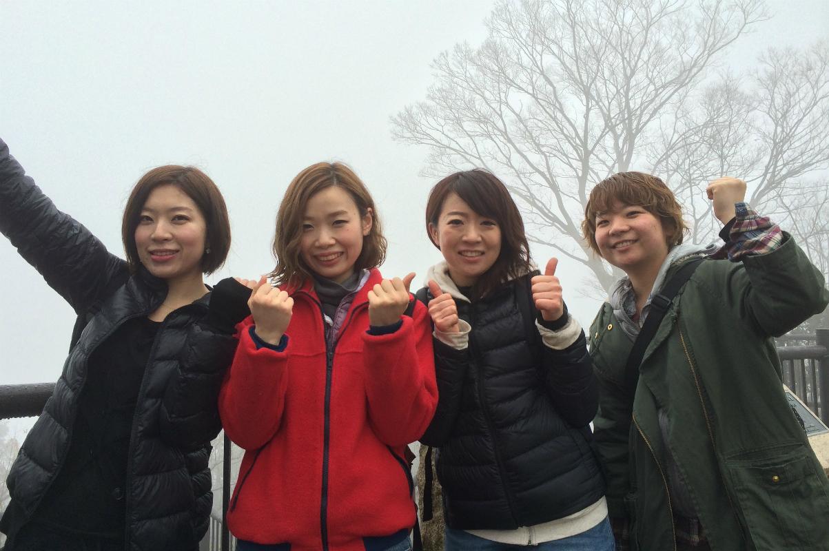 恒例「春の高尾山ハイキング」の一コマ。新年会、バレンタイン会、ビヤガーデン、社員旅行など毎月のように社内イベントがあり、みんなで思い切り楽しんでいる