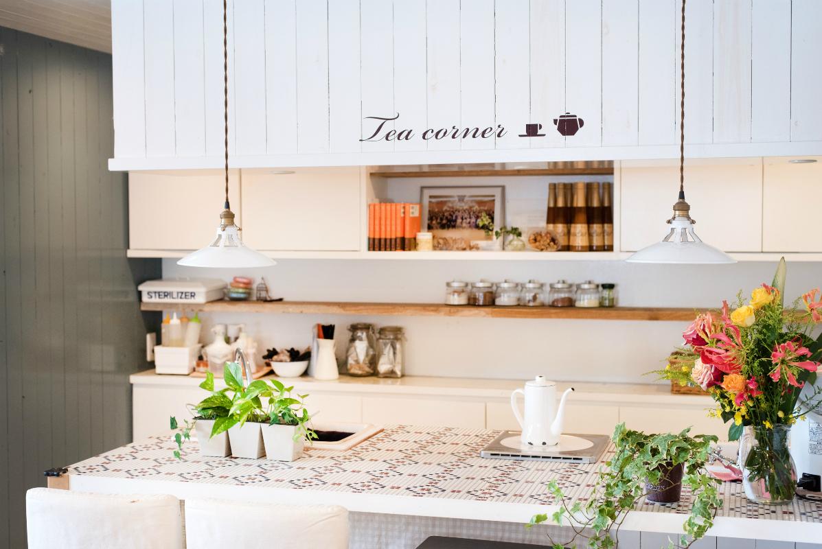 カフェのようなキッチンカウンターで提供される、体と心にやさしいハーブティーも「癒やされる」と人気