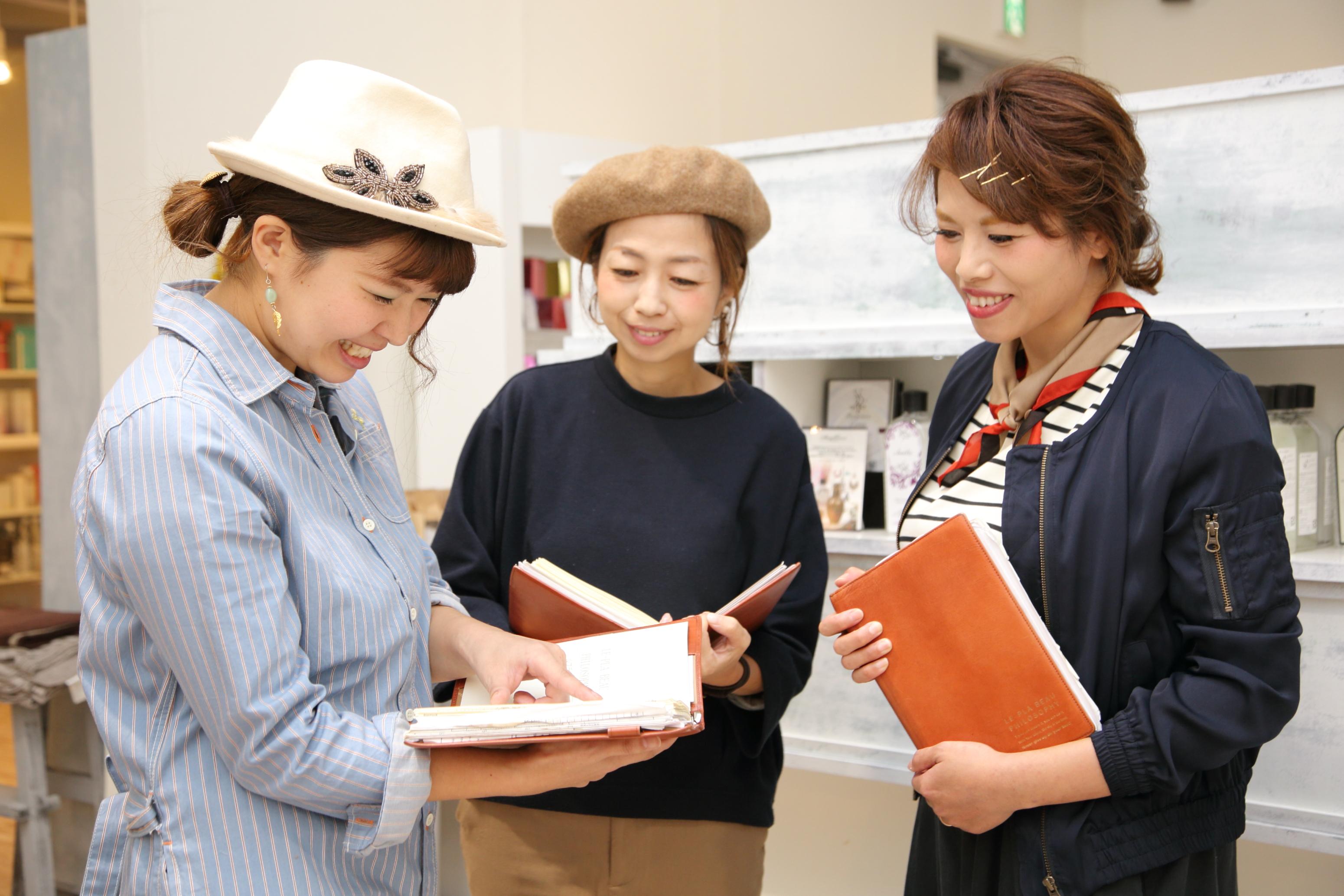 企業理念や就業規則などをまとめた会社オリジナルの手帳を、全スタッフが携帯している。給与の仕組みも載っており、準社員のスタッフが自分の給与を計算する際にも役立つそう