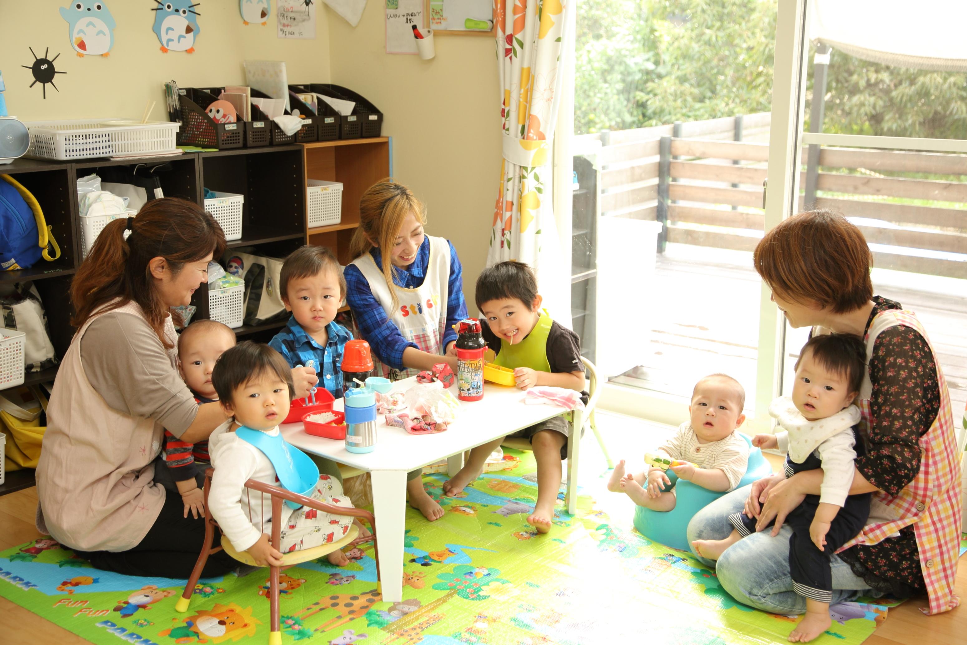 託児所の予約受付は2カ月前。ママスタッフの本田さんいわく、「当日の急な発熱でも、感染する病気でなければ預かってくれることがほとんどです」