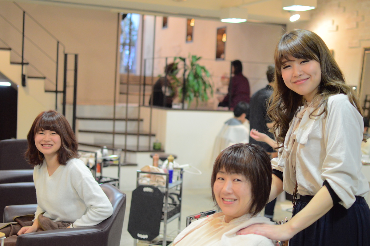 笑顔がこぼれる「授業参観」の一コマ。「ご両親には、お子さんが美容師として輝ける日まで責任を持って預かると伝えています」(木村さん)