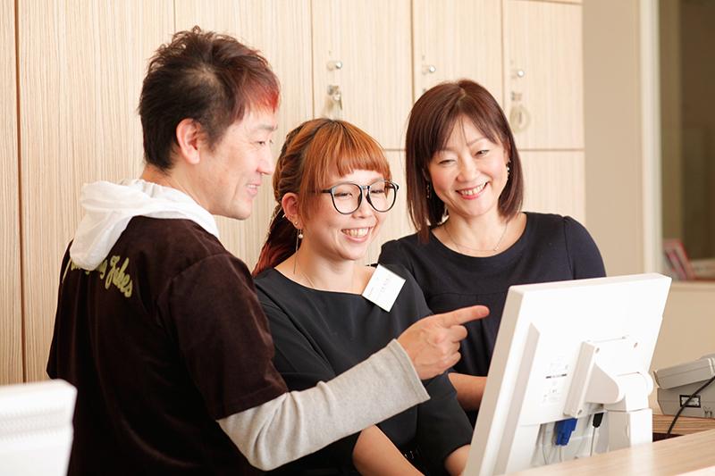 さまざまな経営アイデアでスタッフたちをも驚かせつづけている鈴木さん。スタッフとの距離も近く、鈴木さんが店舗に顔を出すと、スタッフから笑顔が絶えない