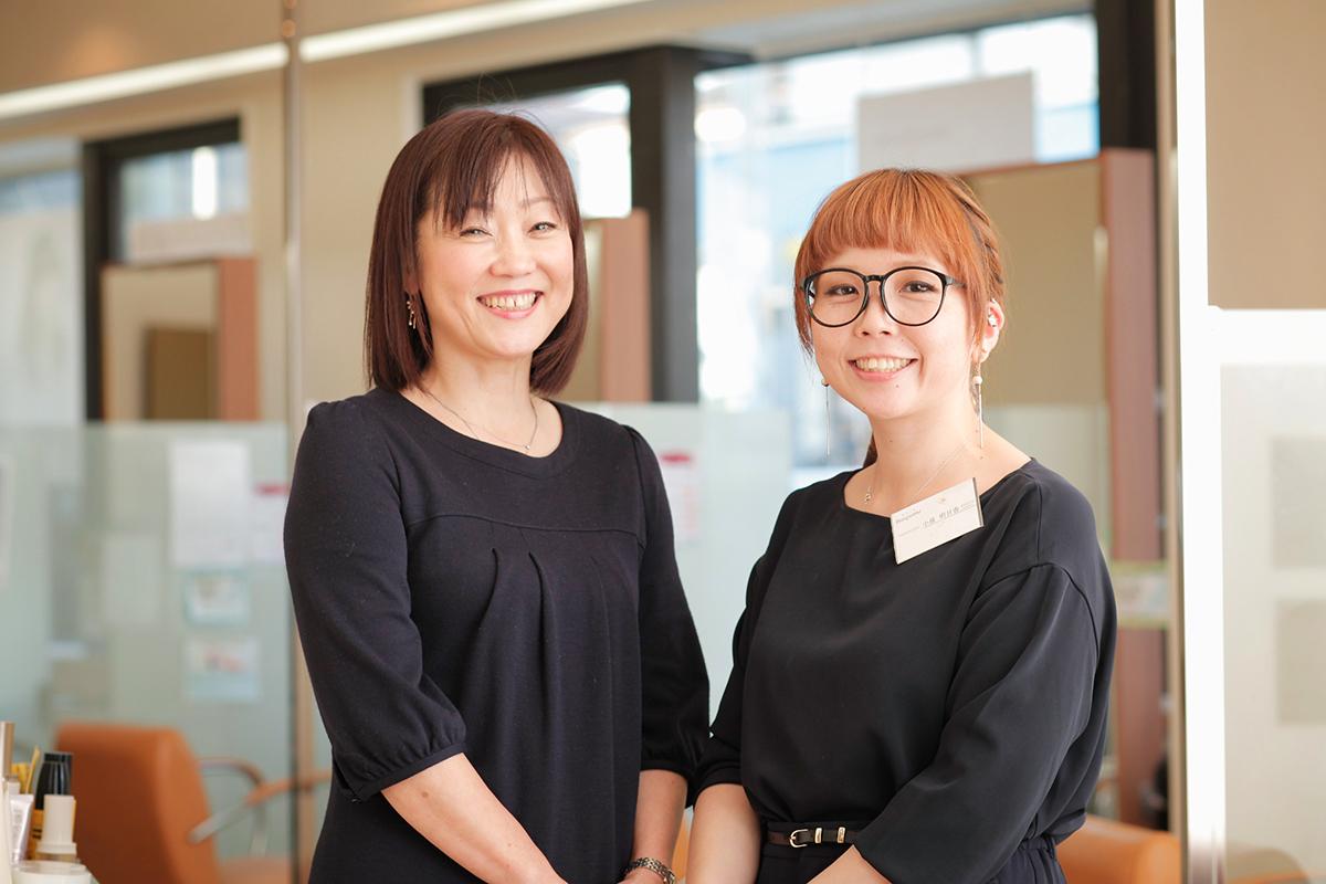 企画部の福士さん(左)と、ママスタイリスト・清水明日香さん(右)。清水さんは保育園が決まらず困っていたが、福士さんからの提案で1年4カ月の育休を取ることができた