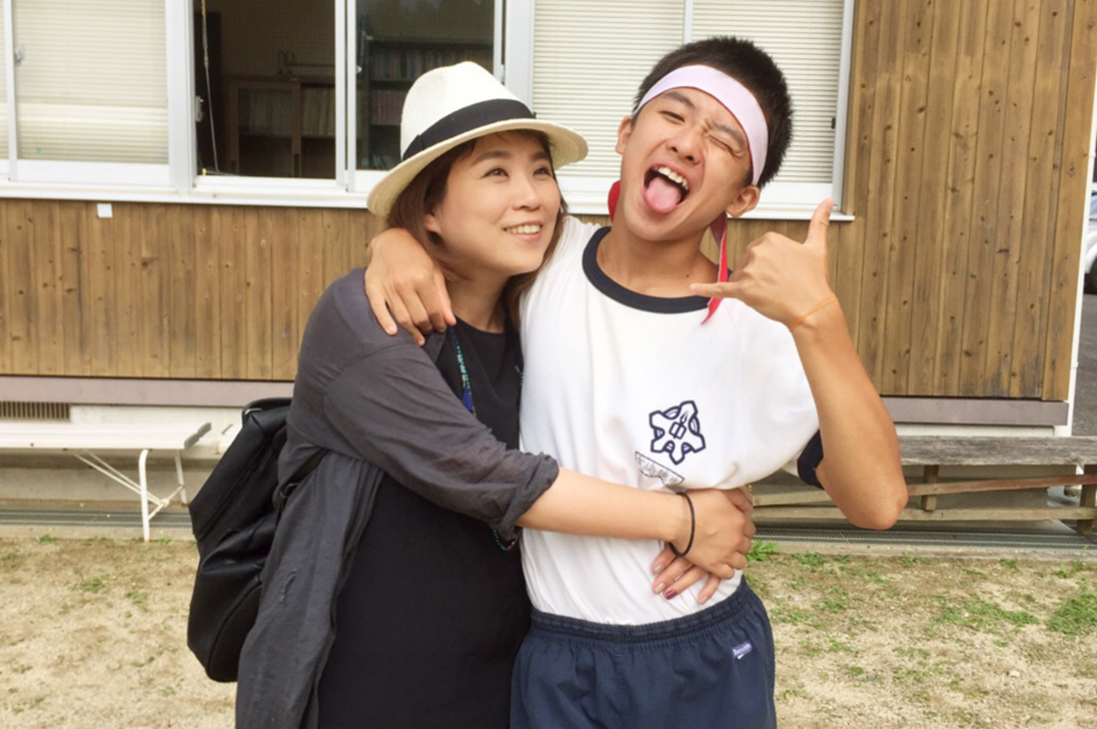 現在中学2年生の愛息子と大﨑さん。「息子の人生に良い影響を与える母でありたいし、ともに人生を並行しながら楽しみたい」と語る