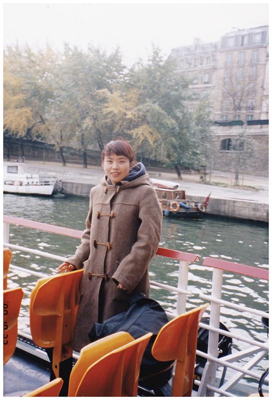 若手教育にも力を入れている同社では、毎年数名を海外研修に派遣。大﨑さんも21歳のときに初めてパリ研修に行ったそう(写真は大崎さん21歳のときの写真)