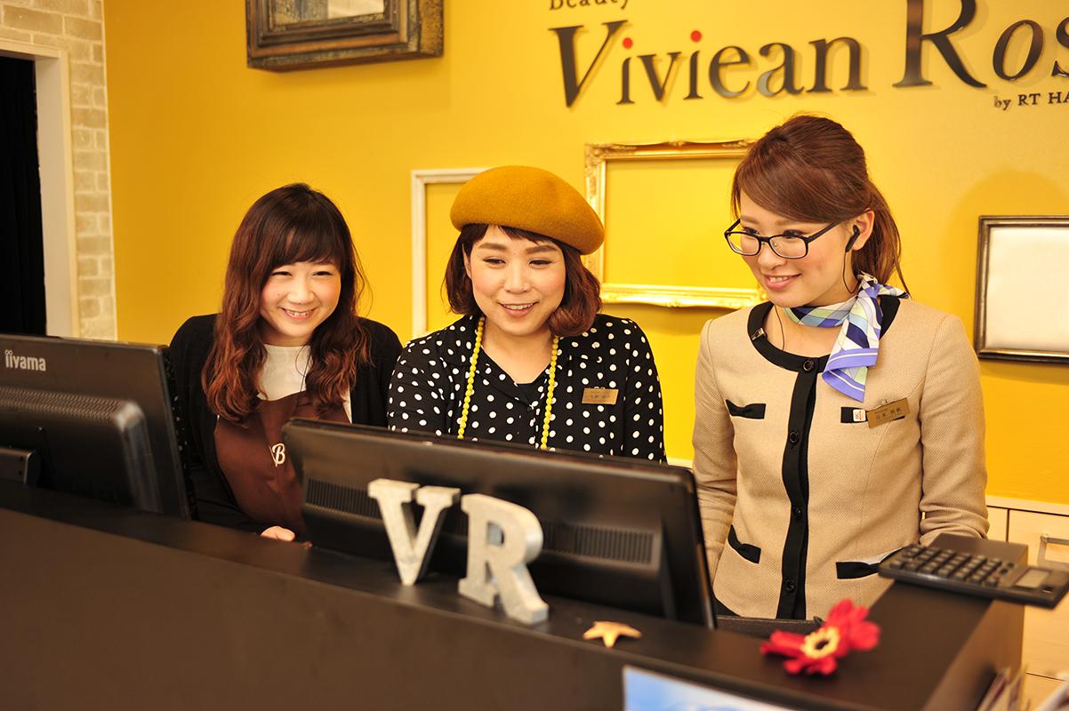 「Viviean Rosso」のレセプションにて。それぞれのスタッフが、自分の担当以外のお客さまもほぼ把握しているそう