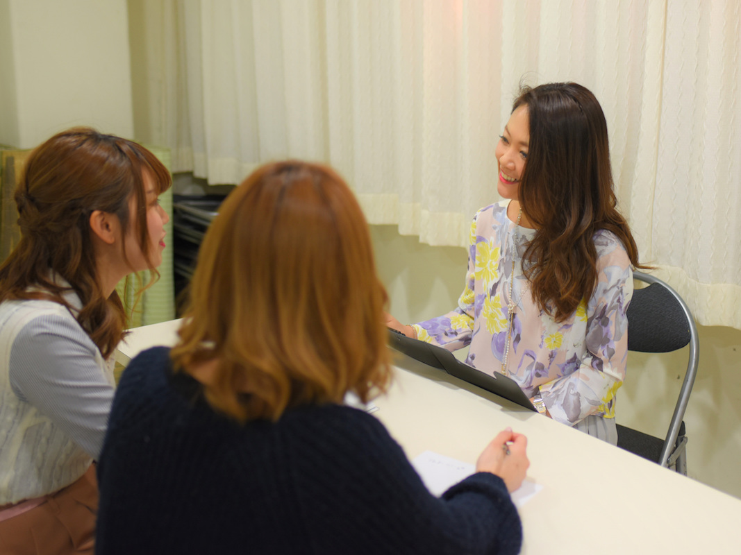 副社長の池田美穂さんは、ママも含めた全スタッフの「保健室の先生」。メールや電話だけでなく店舗にも駆けつけ、結婚、出産、恋愛など、さまざまな悩み相談を受ける