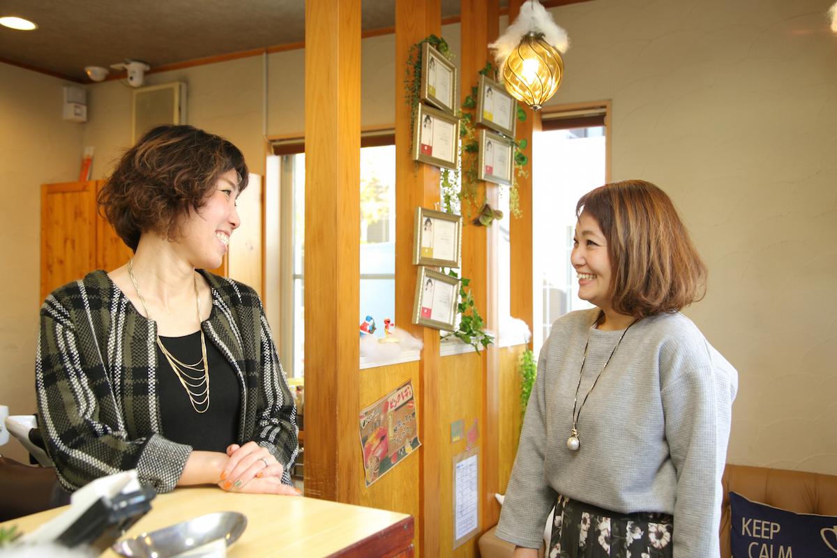 オープン以来、オーナーと共に店を支えてきたスタイリストの藤井操さん(右)。2歳の子どもの育児と、2人目に向けた不妊治療に取り組みながら、マネージャーとしてサロンを引っ張っている