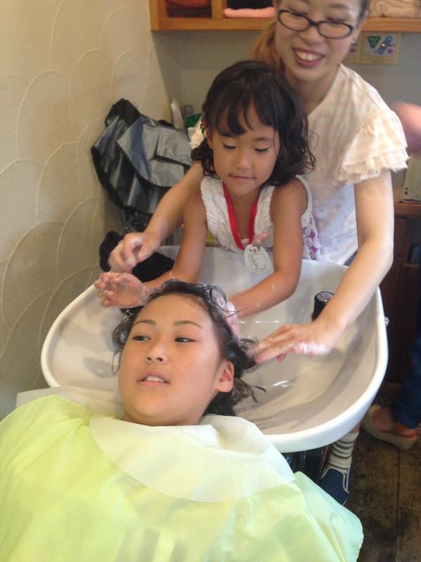 大好評の1日美容師イベント。小学生がシャンプーやヘアセットを体験でき、最後にサロンのイベントで使える通貨がもらえる。「将来の有望新人の発掘も、本気で期待しています」(杉浦さん)