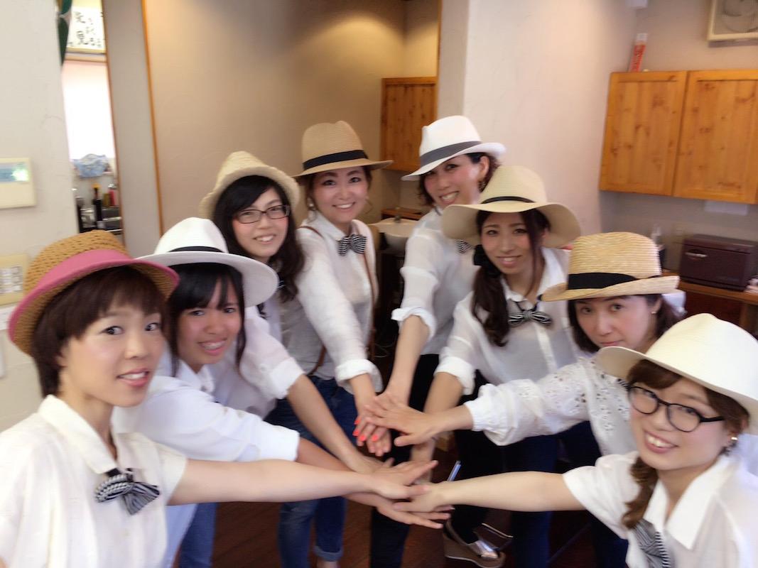 2016年7月にリニューアルオープン。オープニングイベントの二日間は、女性ホストをイメージして、衣装を白シャツ、蝶ネクタイ、帽子で統一。お客さまに大好評だったそう
