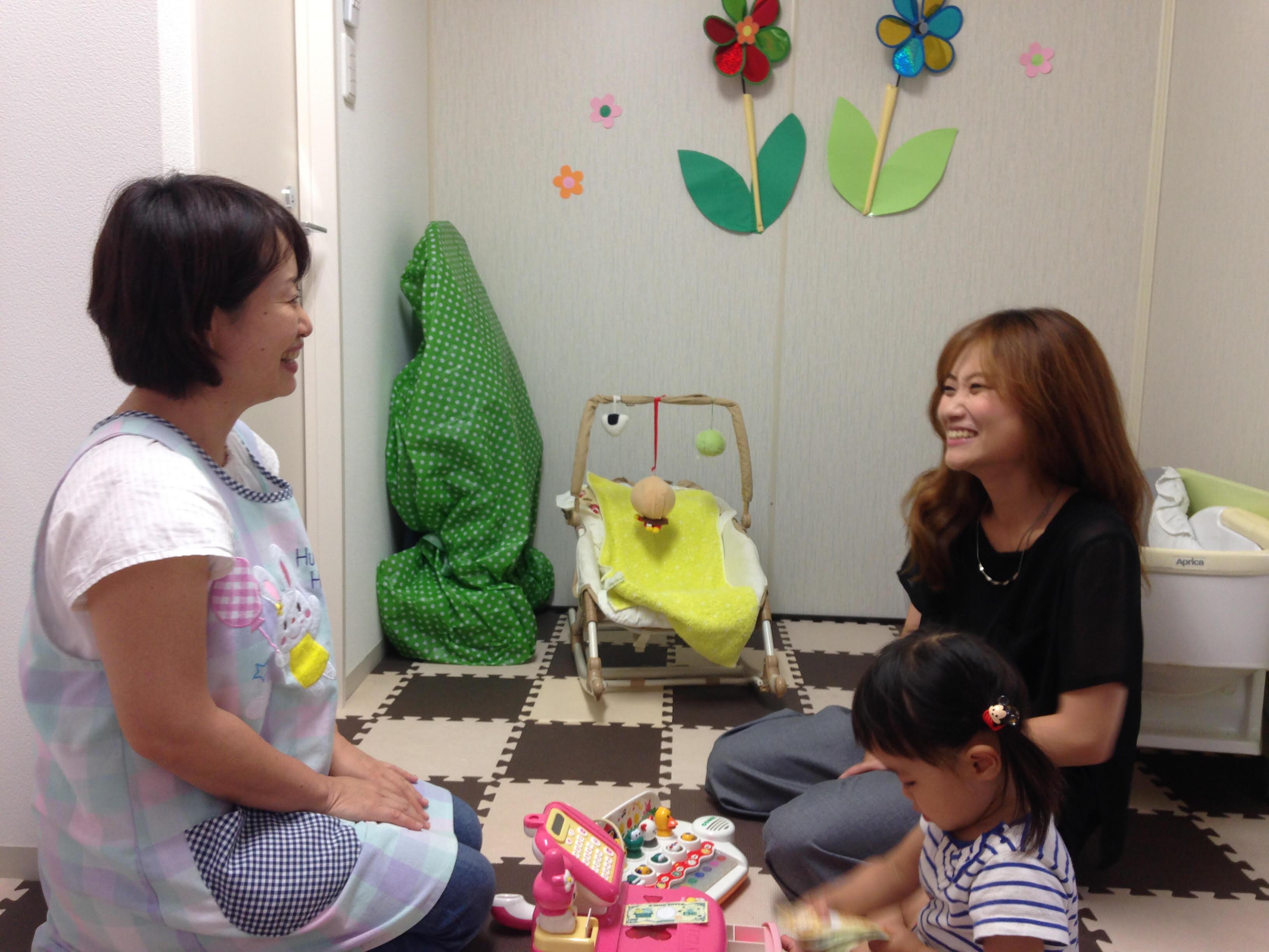 託児ルームを利用している、スタイリストの佐野さん。「長女は幼稚園に通っているので、次女をここに預けられるのは本当に助かります」と話す