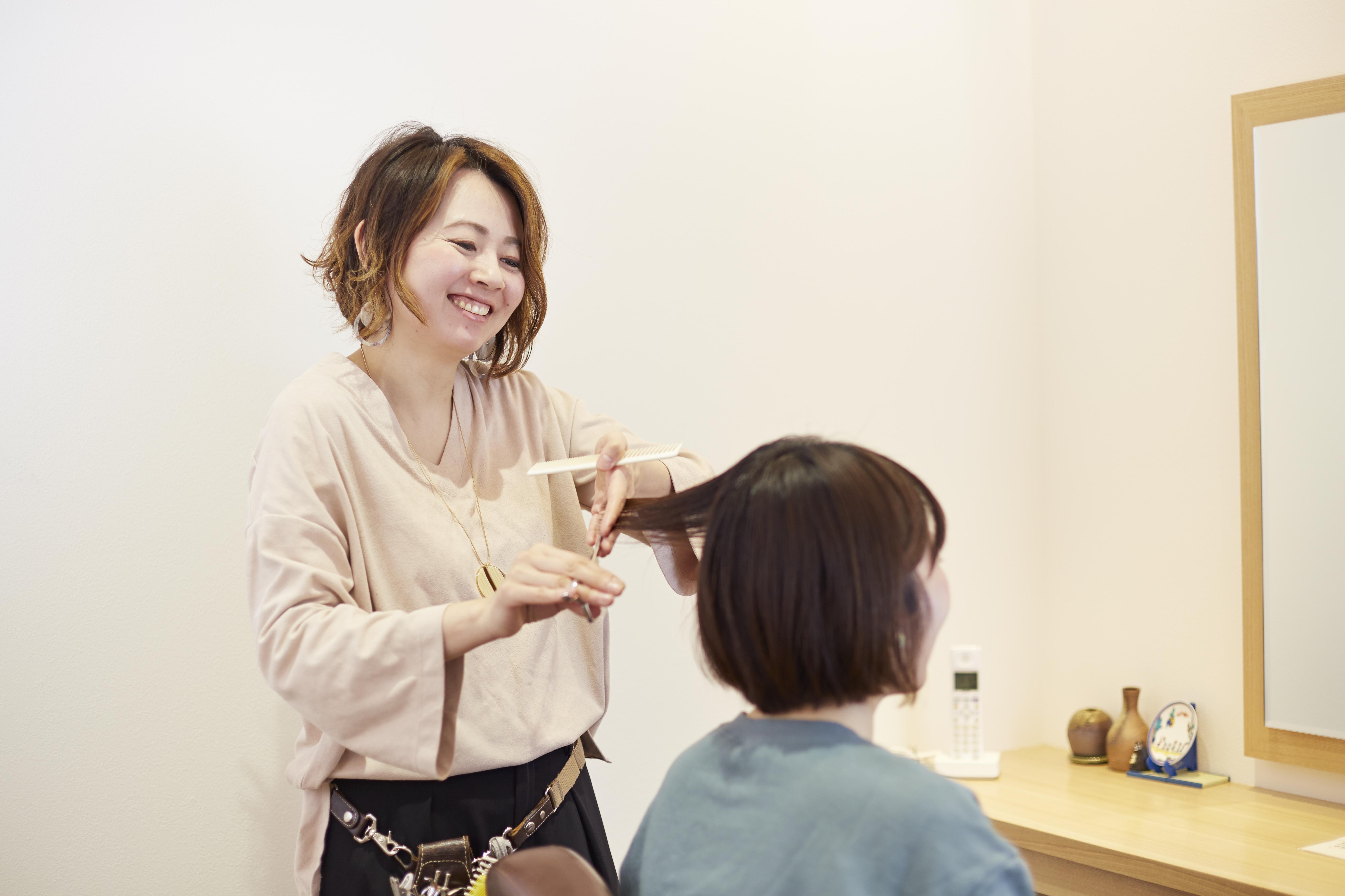 「SAZAE」で活躍するママ美容師の吉村さん。「せっかくこの店をつくってもらったので、若いスタッフがいずれここで働きたいと思ってもらえるような店づくりをしていきたいです」