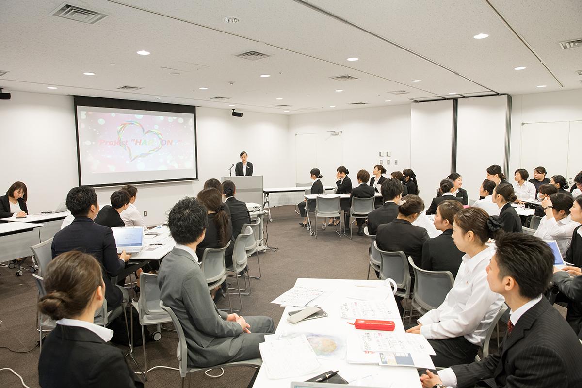 CUでのマネジメント研修をはじめ、顧客満足度を上げるための研修や、社外研修など、さまざまな教育の場を設けている