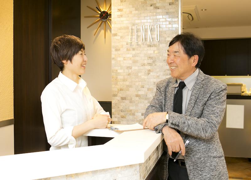 ふたりの子育てをしながら、吉祥寺店に10:00〜16:00で勤務する福村寛子さん(左)。子どもの成長に合わせて少しずつ働く時間を延ばしたいという