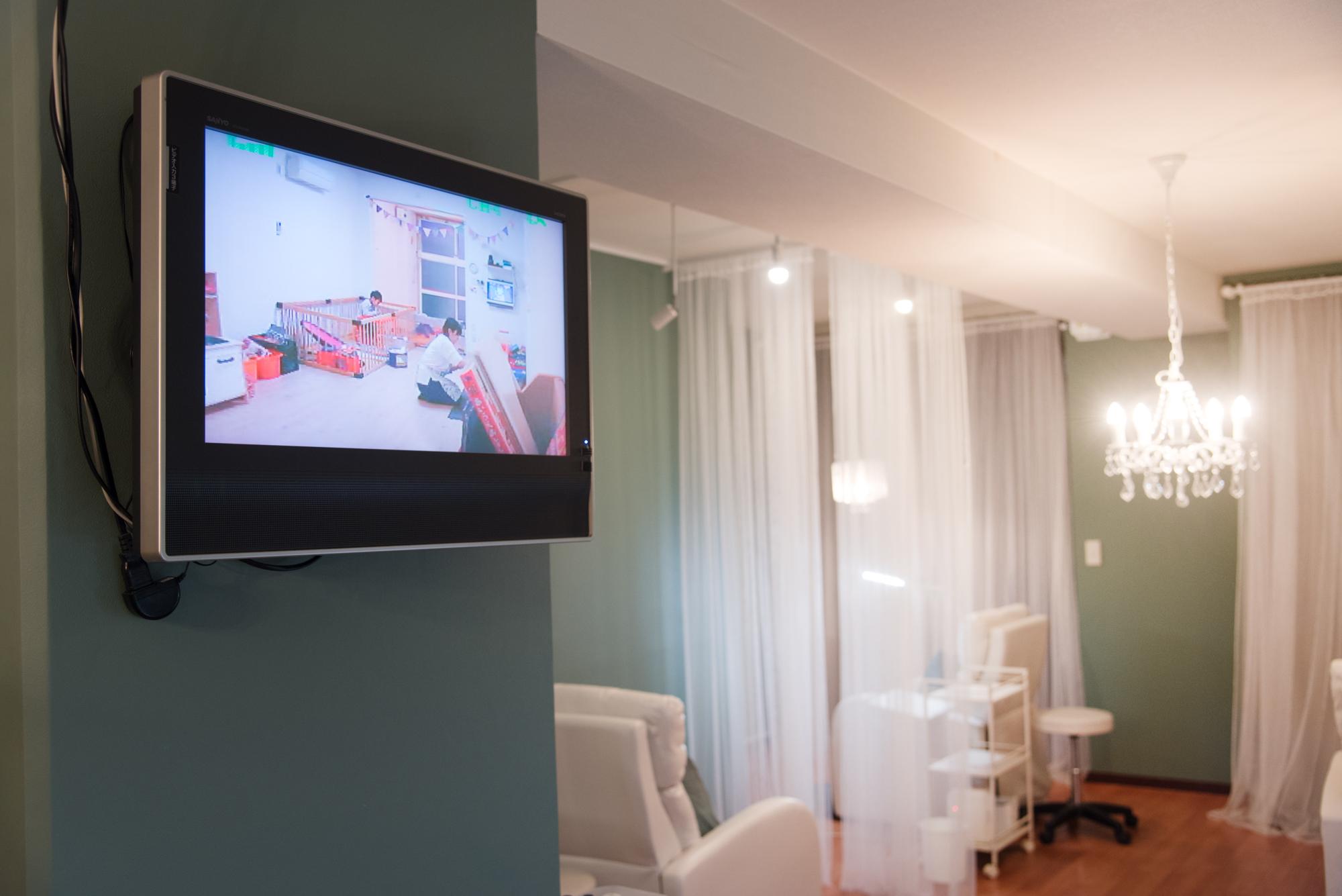 サロンには、託児施設の様子がオンタイムで見られるモニターを設置
