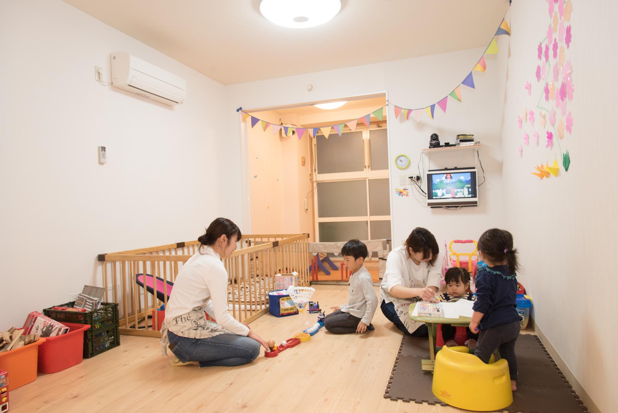 待機児童として保育園の入園を希望するスタッフの場合、ここに預けて働いていることが加点になる。「入園希望申請書の記入にも協力しています」と青江さん
