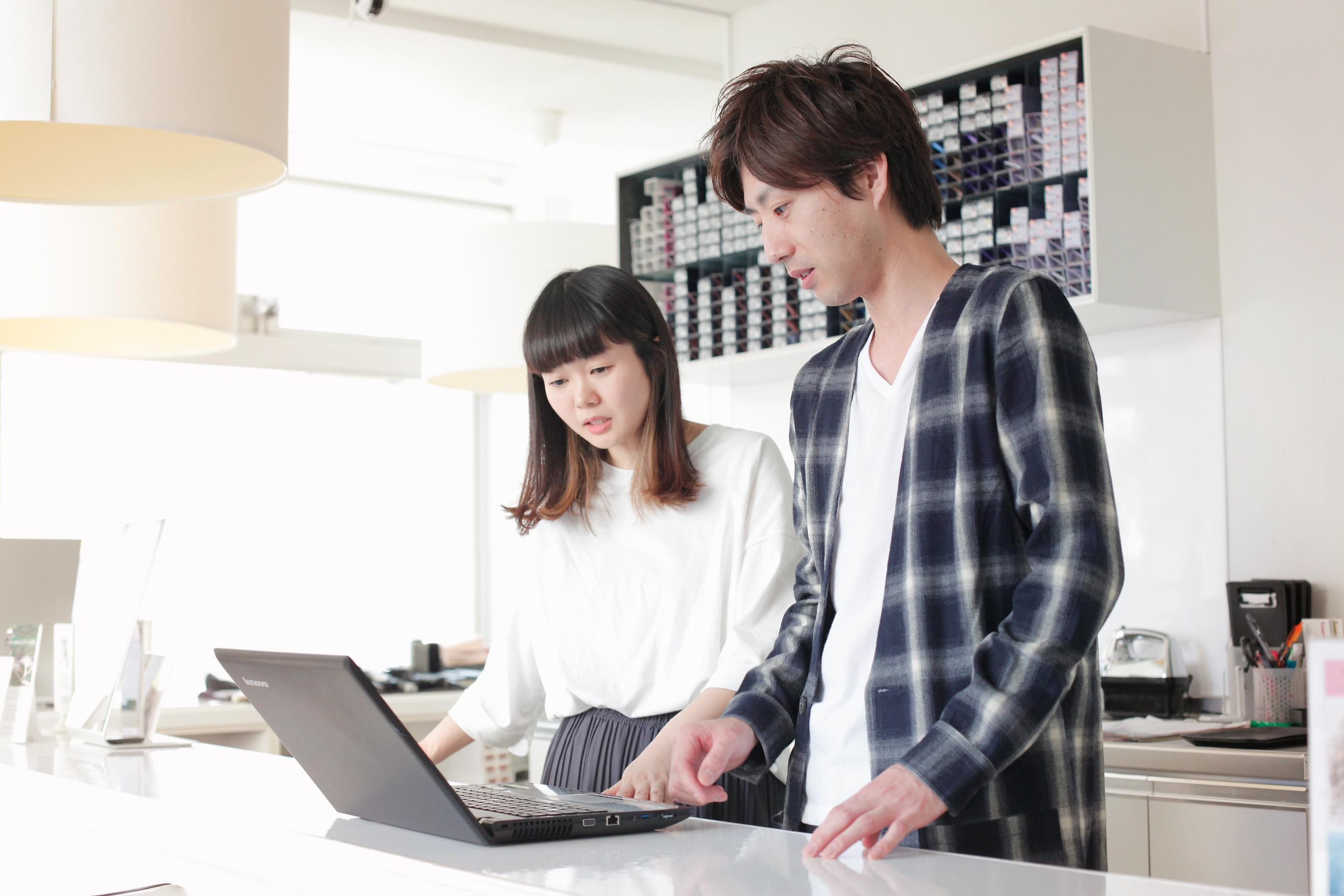 三軒茶屋店の店長を務める鈴木望美さんも、2歳の子どもを育てるママ。正社員の時短勤務を選択しているため、出勤は週5日、9時~17時。定休日に他店舗に出勤して、週末にその分の休みをとるなど調整も可能だという