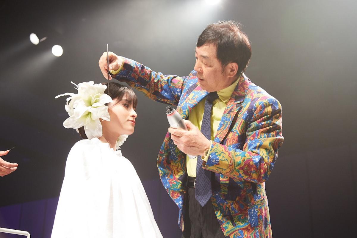 今年2月に開催された「ZENKO」創業40周年記念のヘアショーで、ウエディングドレスのヘアアレンジを披露する佐藤全弘さん