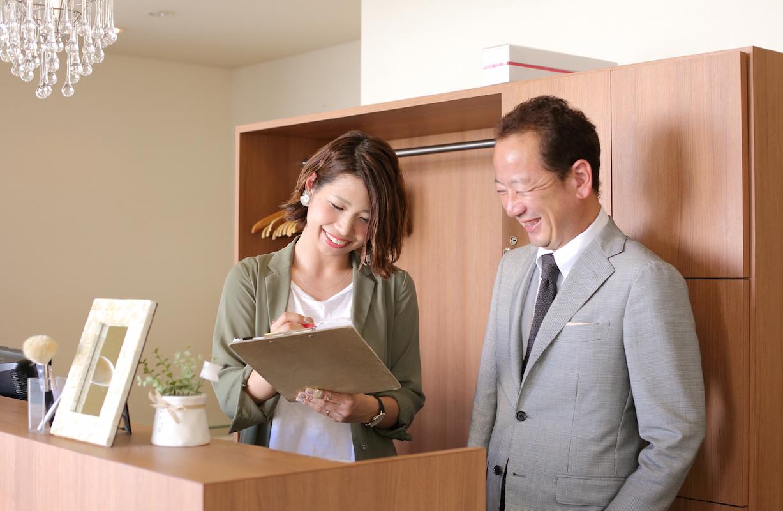 妊娠を期に、正社員から準社員になったスタイリストの西尾加奈子さん(左)。平日は16:30に退勤し、ふたりの子どものお迎えに行っている