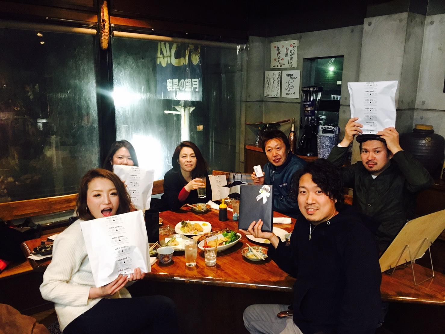 佐々木さん夫妻が誕生月のスタッフを集めてお祝いする「バースデーサミット」