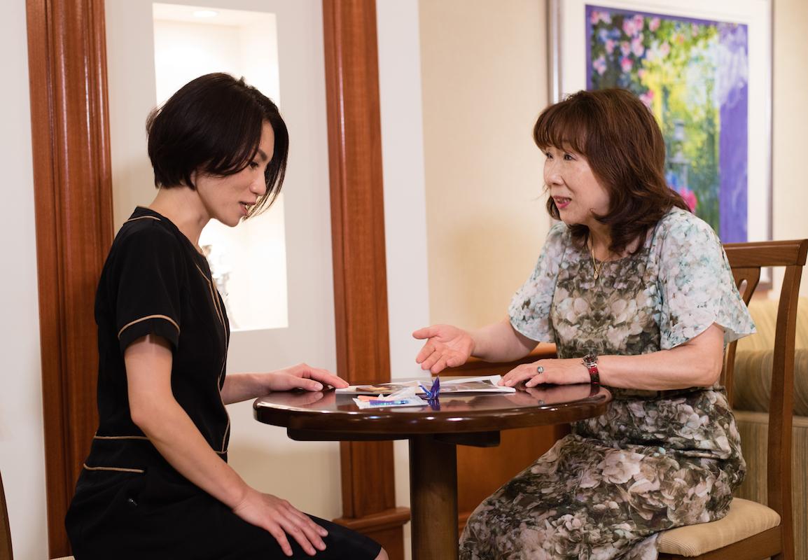 新宿本店でチームリーダーを務める熊谷恵さん(左)は、2度の育休から復帰して時短勤務で活躍するひとり
