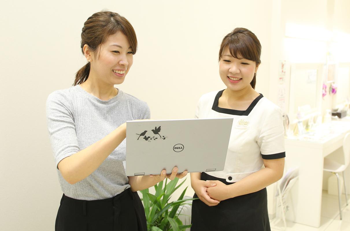 東海地区担当部長の遠藤優佳里さん(左)。山﨑さんの活躍を見て店長に指名した。ご本人もママスタッフながら、東海のみならず、北陸など出張で飛び回っているそう