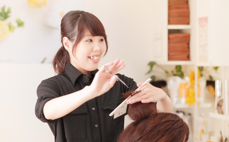成増店の横山はるかさんは、2歳のお子さんを育てるママ美容師。結婚を機に、働きやすい環境を求めて「ChokiPeta」へ転職してきたという