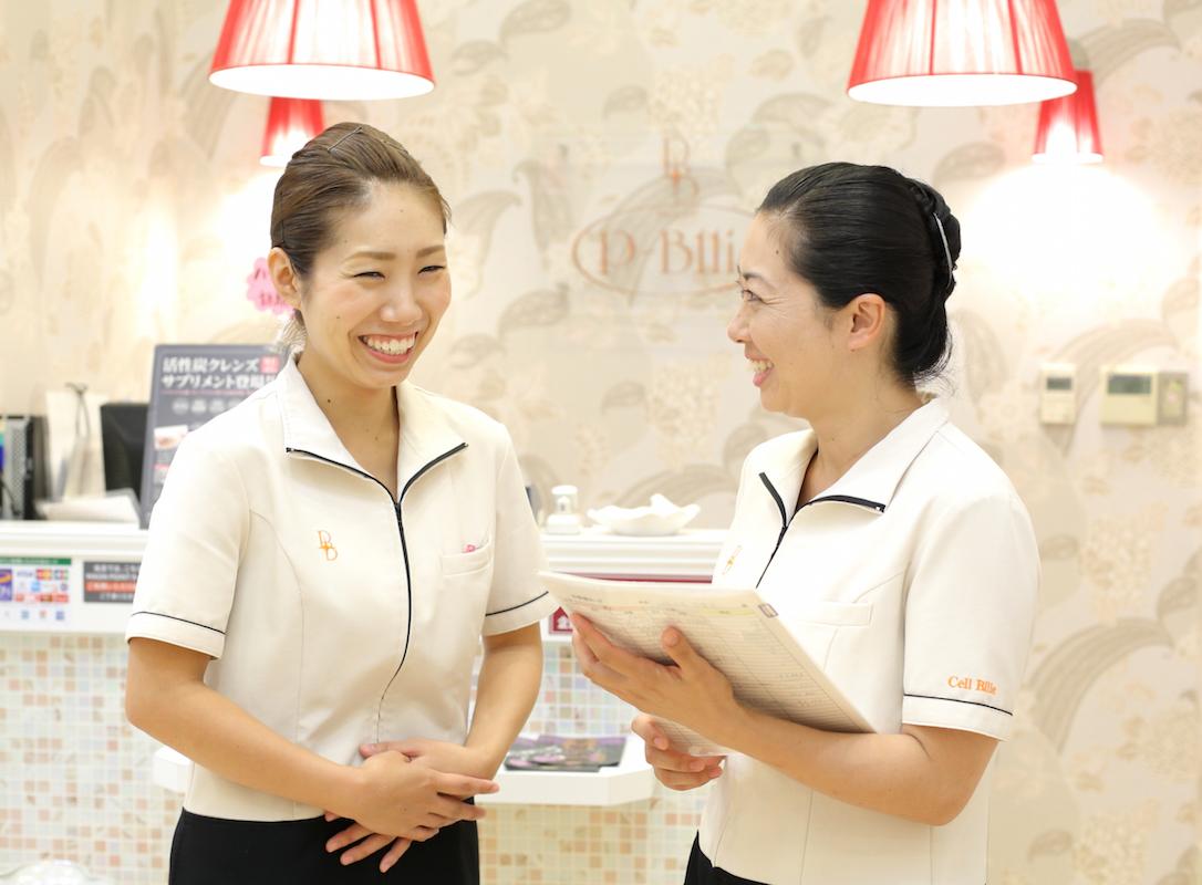 2児を出産して復帰した藤田可奈さん(右)は現在、パート勤務しながら店長を務めている。こうした柔軟な登用も、ママスタッフに勇気を与える